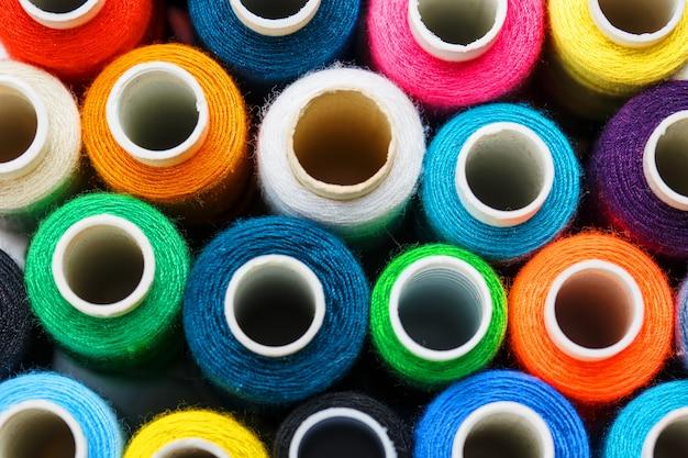 Bunte spulen des nähgarns. farbiger faden zum nähen Premium Fotos