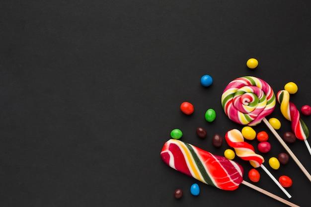 Bunte süßigkeiten auf einer schwarzen tabelle Premium Fotos