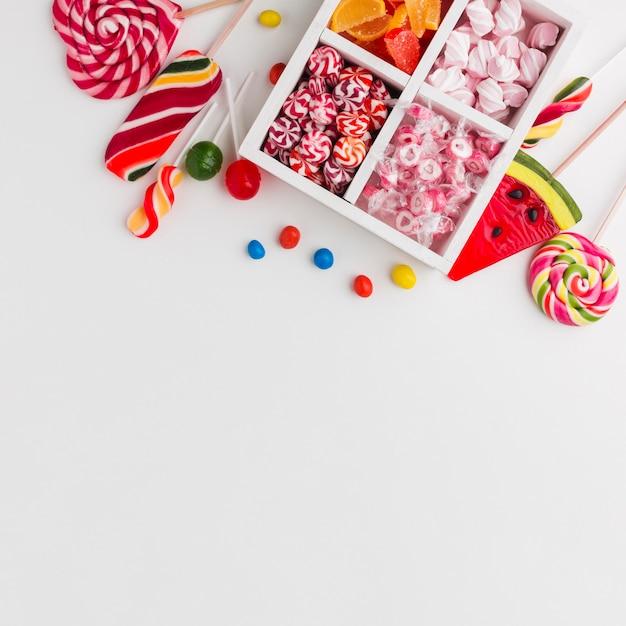 Bunte süßigkeiten auf weißer tabelle mit kopienraum Kostenlose Fotos
