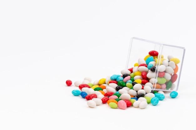 Bunte süßigkeiten der vorderansicht süß auf weißem, süßem zucker der süßigkeit Kostenlose Fotos