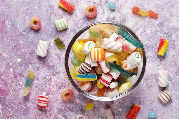 Bunte süßigkeiten, gelee und marmelade, ungesunde süßigkeiten. Kostenlose Fotos