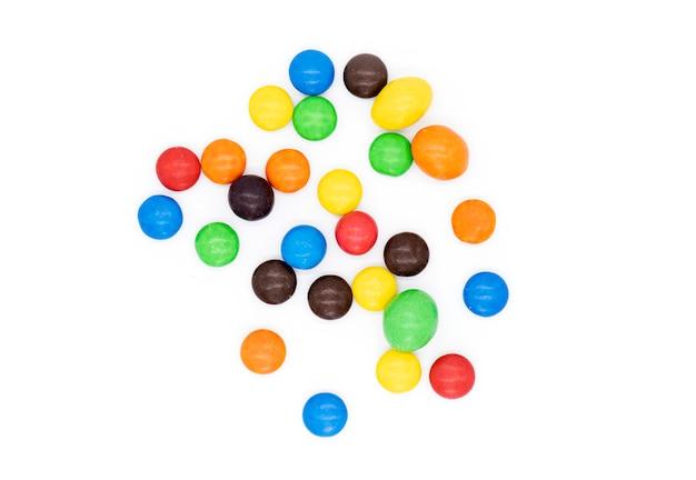 Bunte süßigkeiten lokalisiert, schokolade überzogene süßigkeiten Premium Fotos