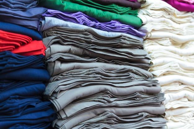 Bunte t-shirts Premium Fotos
