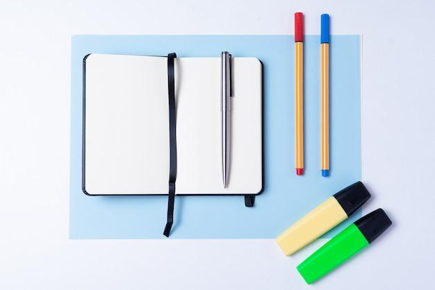 Bunte textmarker, stift, marker, notizbuch und leeres papier zum arbeiten oder lernen Premium Fotos