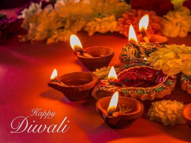 Bunte traditionelle lehmdiya lampen und blumen Premium Fotos