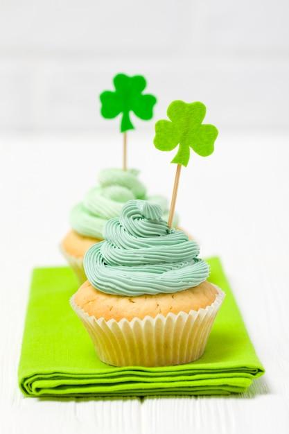 Bunte vertikale fahne st patrick tagesthema. cupcakes mit grüner buttercreme dekoriert Premium Fotos