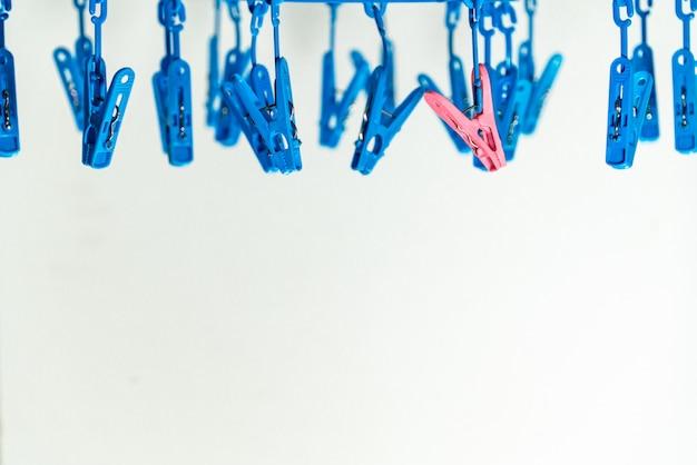 Bunte wäscheklammerwäscheklammern auf den aufhängern Premium Fotos