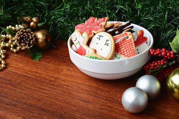 Bunte weihnachtsplätzchen mit festlicher dekoration Premium Fotos