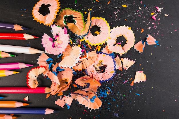 Bunte zeichenstifte mit geschärften bleistiften Kostenlose Fotos