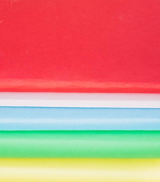 Bunte zeilen der papierabdeckungen Kostenlose Fotos