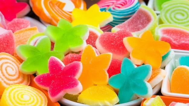 Bunte zuckerhaltige süßigkeit, sortieren verschiedene süße süßigkeiten Premium Fotos