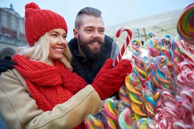 Bunte zuckerstangen vom weihnachtsmarkt Kostenlose Fotos