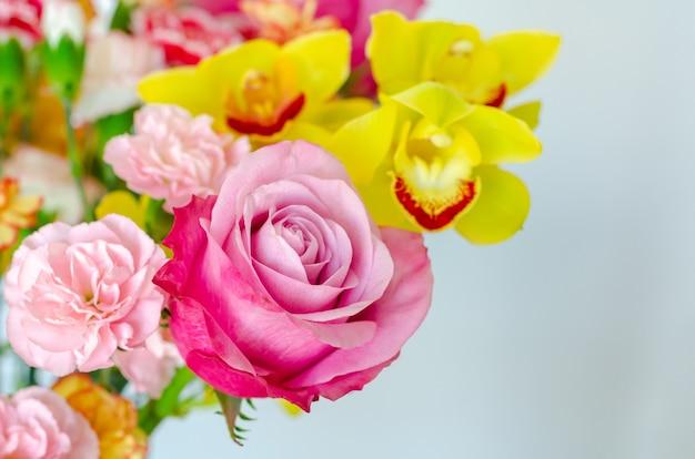 Bunter blumenstrauß auf weißem hintergrund für jubiläums- oder valentinstagkonzept. Premium Fotos