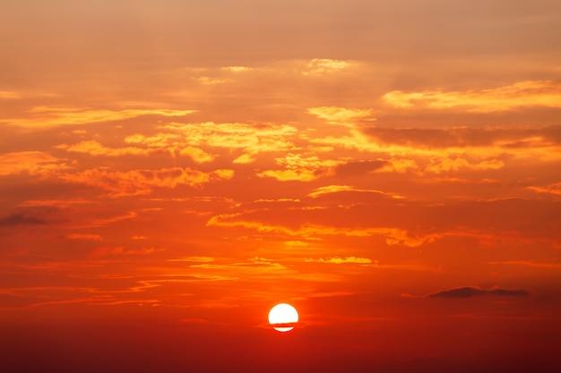 Bunter drastischer himmel mit wolke bei sonnenuntergang Premium Fotos
