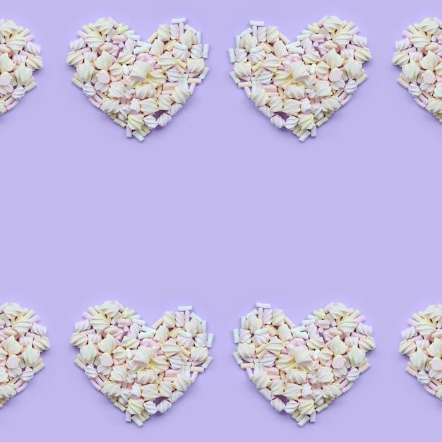 Bunter eibisch ausgebreitet auf violettem und rosa papierhintergrund Premium Fotos