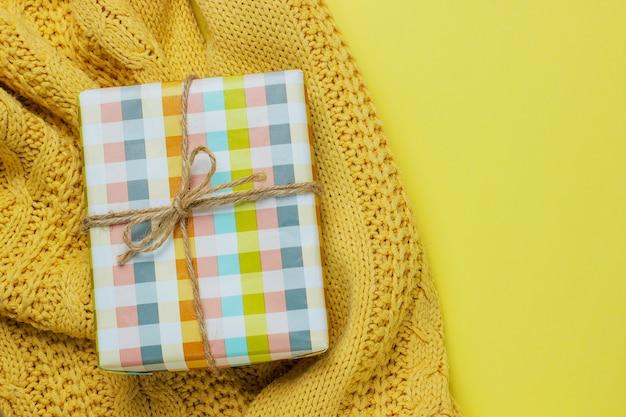 Bunter geschenkkasten getrennt auf gelb Kostenlose Fotos