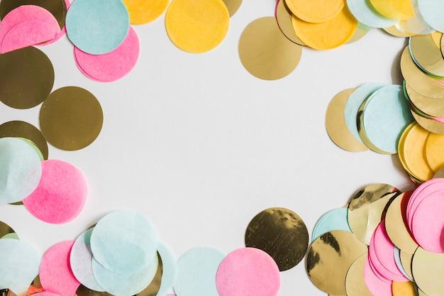 Bunter goldener konfettiraum der draufsicht in der mitte Kostenlose Fotos
