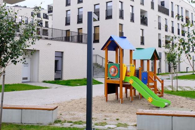 Bunter kinderspielplatz in einem gemütlichen innenhof eines modernen wohnviertels. Premium Fotos