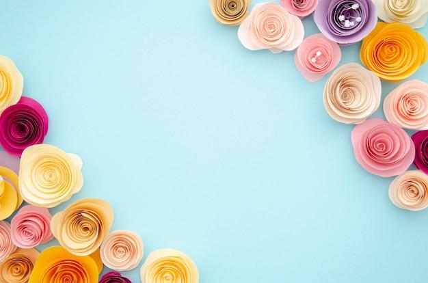 Bunter ornamentrahmen mit papierblumen Kostenlose Fotos