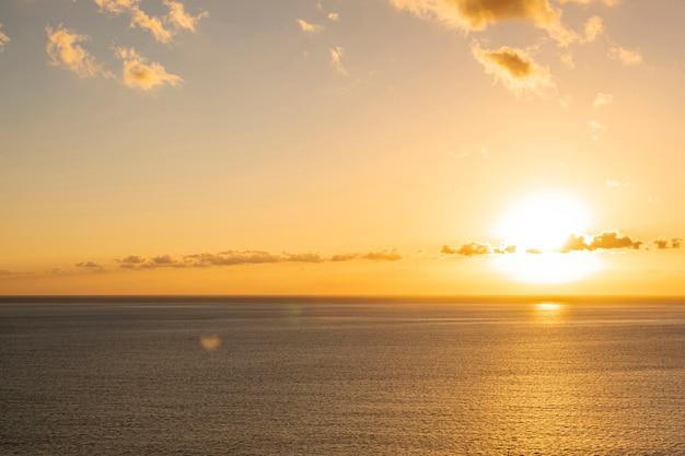 Bunter sonnenuntergang am meer Kostenlose Fotos
