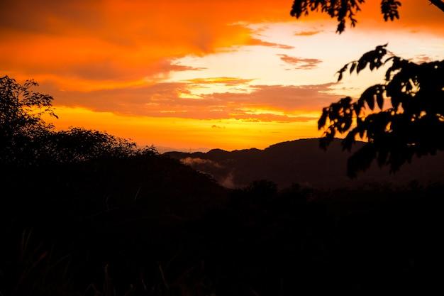 Bunter sonnenuntergang über den gebirgshügeln Kostenlose Fotos