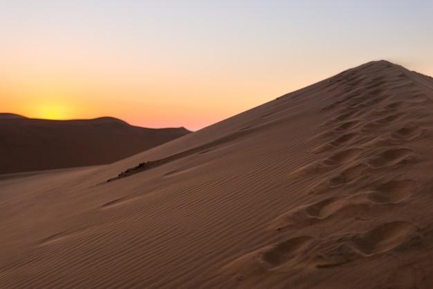 Bunter sonnenuntergang über der namibischen wüste, namibia, afrika. Premium Fotos