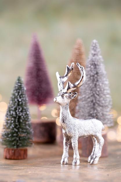 Bunter weihnachtsbaum auf grünem, bokeh hintergrund. Premium Fotos