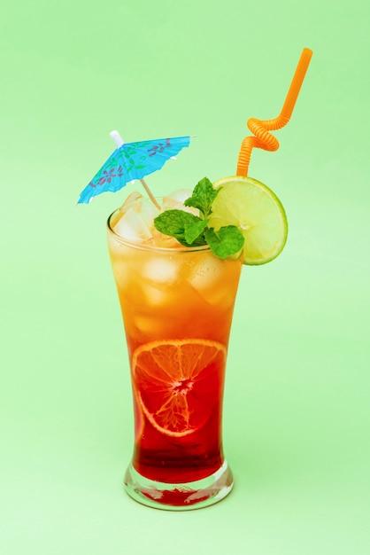 Buntes alkoholisches cocktailgetränk im glas Premium Fotos