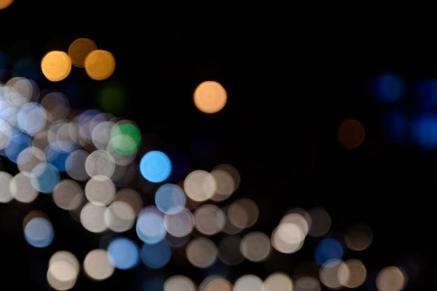 Buntes bokeh des autolichts auf der straße Premium Fotos
