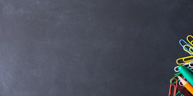 Buntes briefpapier zurück zu schulkonzept auf dunkelheit Premium Fotos