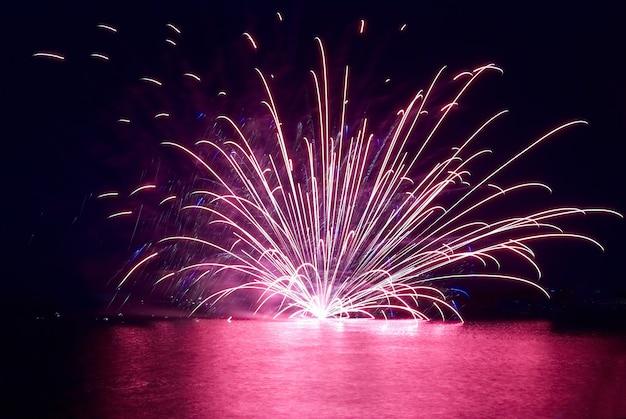 Buntes feuerwerk auf dem schwarzen himmelhintergrund Premium Fotos