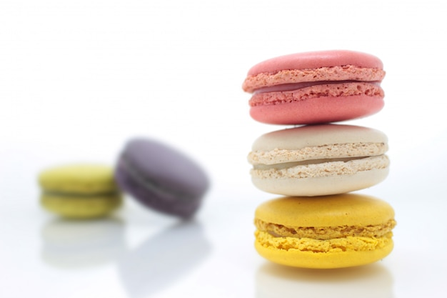 Buntes französisches macaron auf dem weißen hintergrund Premium Fotos