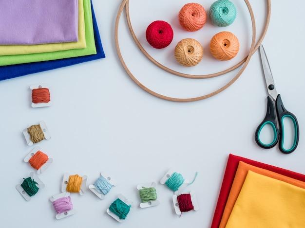 Buntes garn zum stricken. haken, scheren und stricknadeln Premium Fotos