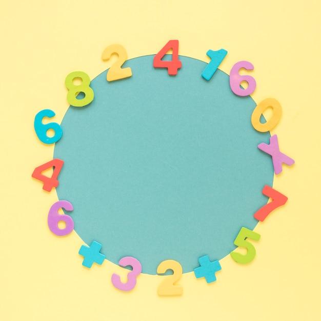 Buntes mathe nummeriert den rahmen, der blaue kreisform umgibt Kostenlose Fotos