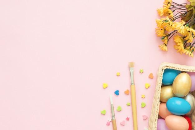 Buntes osterei gemalt im pastell färbt zusammensetzung mit pinsel Kostenlose Fotos