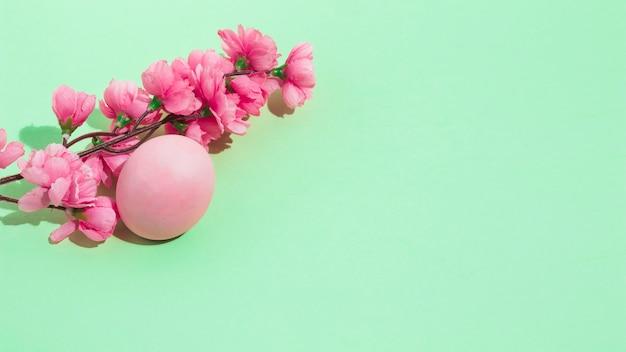 Buntes osterei mit blumen auf tabelle Kostenlose Fotos