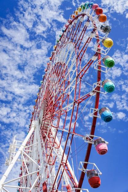 Buntes riesenrad mit blauem himmel und wolke Premium Fotos