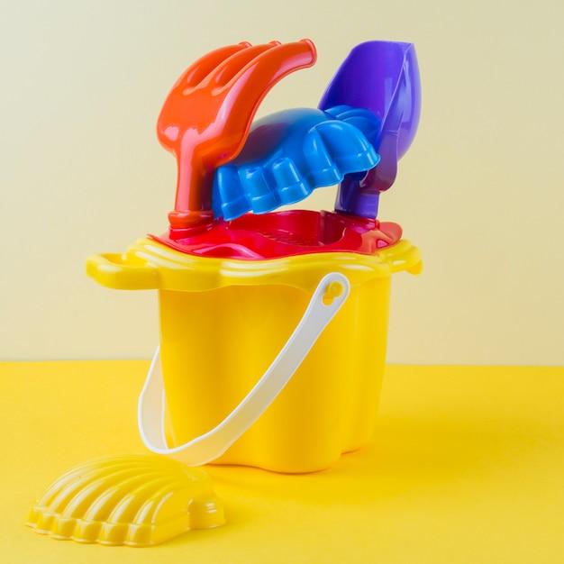 Buntes strandspielzeug auf farbigem hintergrund Kostenlose Fotos