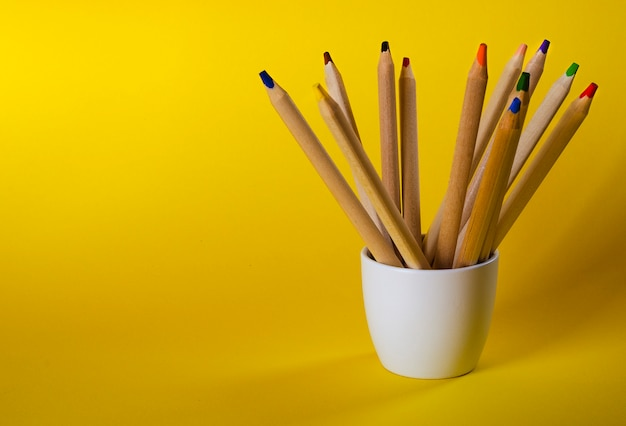 Buntstifte auf gelb Premium Fotos