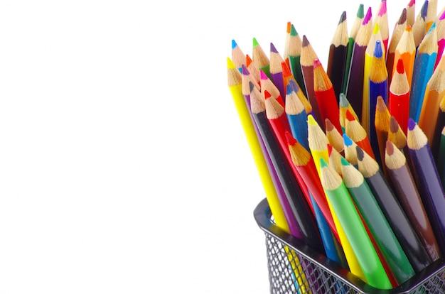 Buntstifte auf weißer wand Premium Fotos