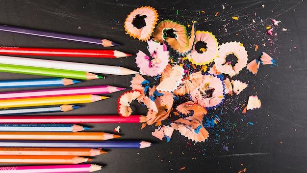 Buntstifte in hellen farben mit spänen Kostenlose Fotos