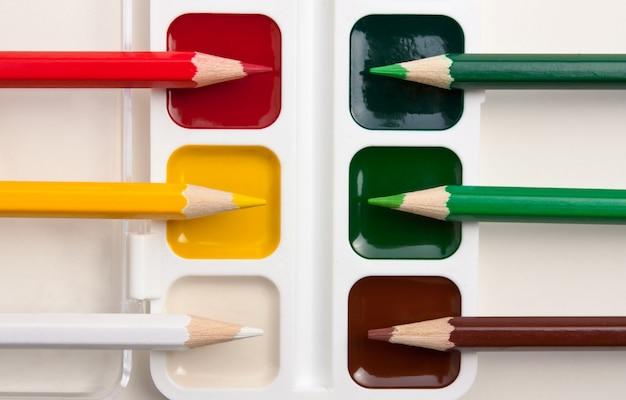 Buntstifte und aquarellfarben Premium Fotos