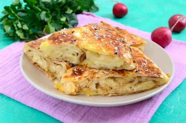 Burek türkische torte. lavash puff pie mit käse und sesam Premium Fotos