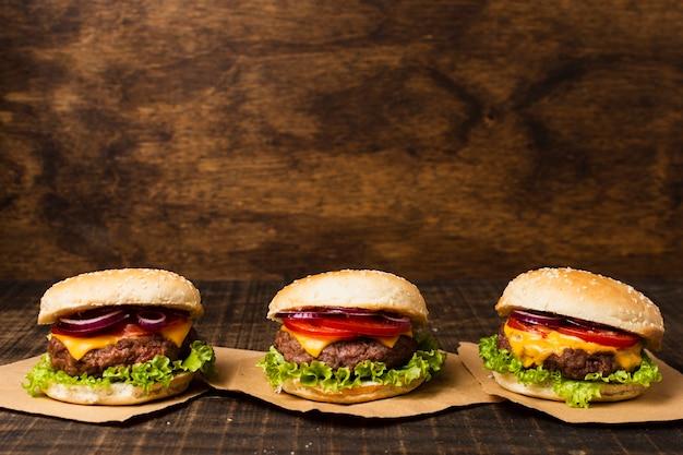 Burger auf holztisch mit kopienraum Kostenlose Fotos