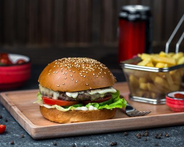 Burger mit cotlet, gemüse und mayonnaise-sauce. Kostenlose Fotos