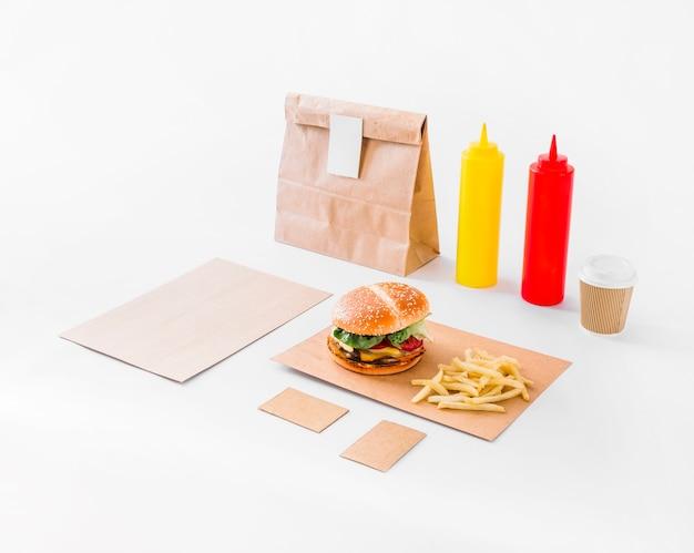 Burger; pommes frittes; paket- und soßeflasche auf weißem hintergrund Kostenlose Fotos