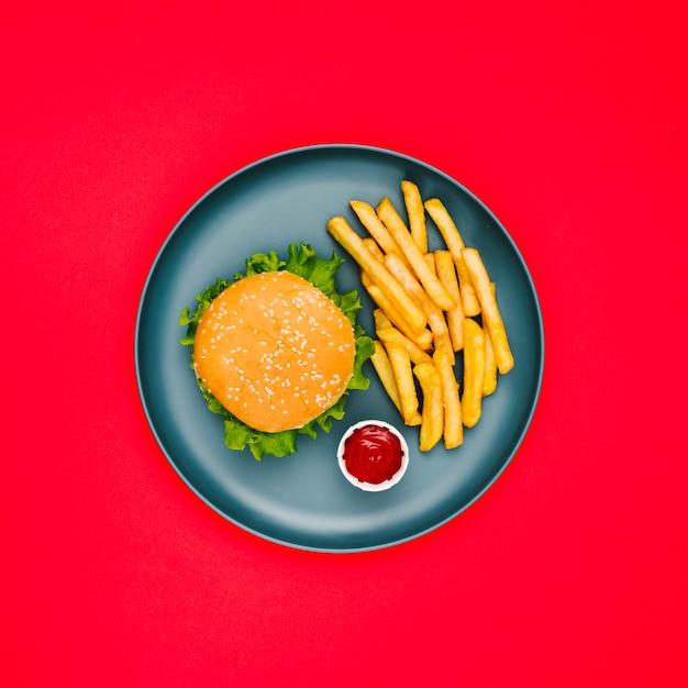Burger und pommes auf teller flach legen Kostenlose Fotos