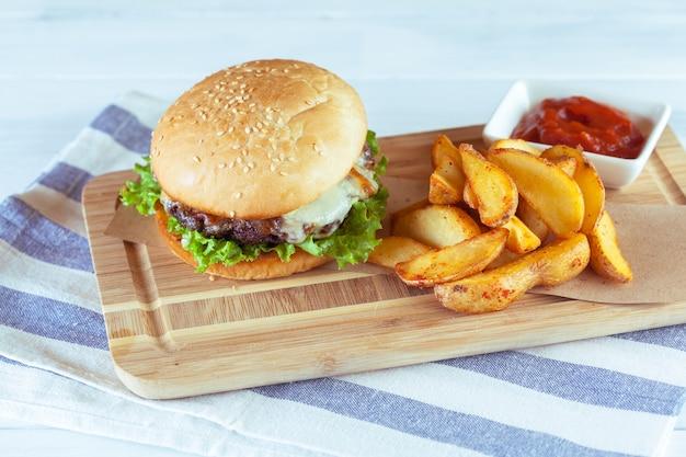 Burger und pommes-frites auf holzoberflächentabelle Premium Fotos