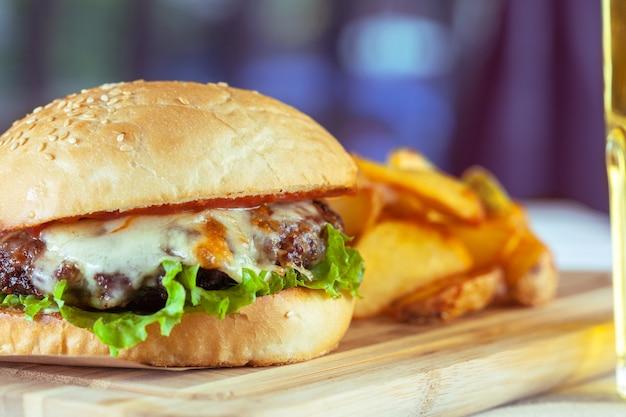 Burger und pommes-frites auf holztisch Premium Fotos