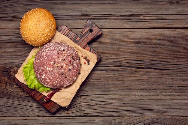Burger zutaten auf ein schneidebrett Kostenlose Fotos
